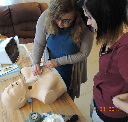 Mandy Groth demonstriert Vanessa das Anlegen der Trachealkanüle